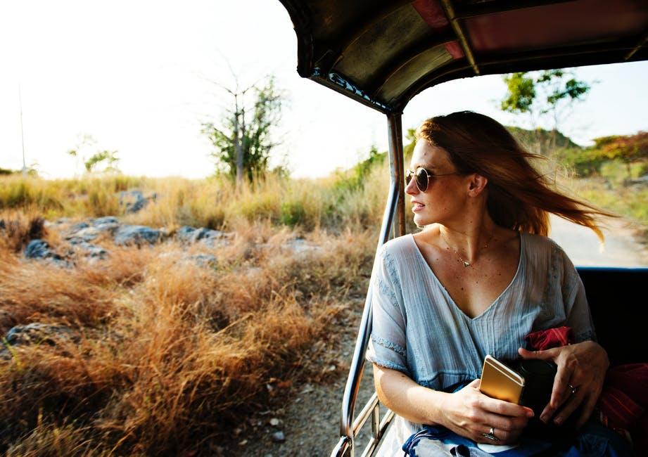una mujer haciendo turismo de sentidos