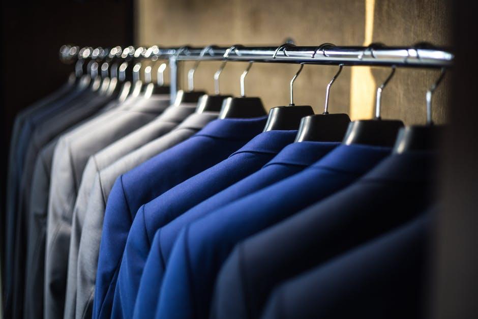Varios trajes de chaqueta colgados